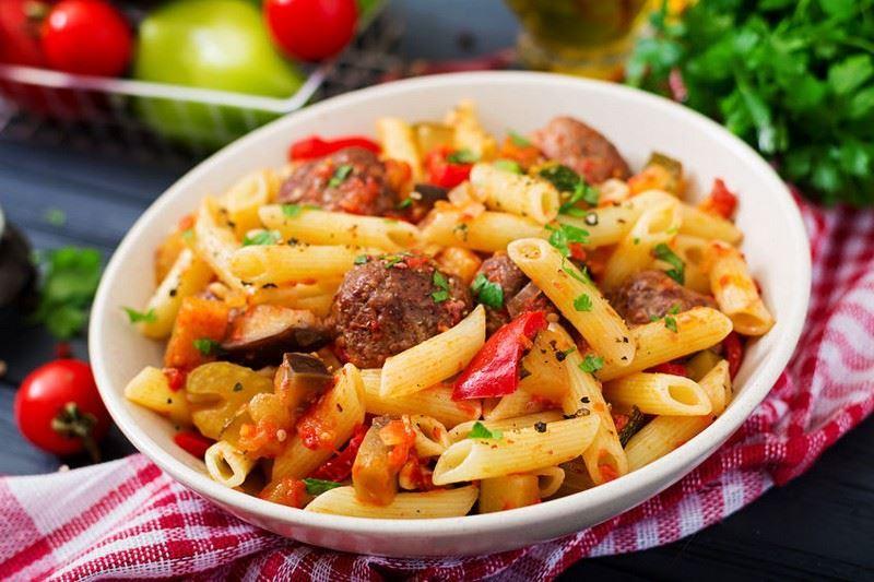 פסטה פנה ריגטה GRANO ARMANDO עם כדורי בשר ברוטב עגבניות ופלפלים