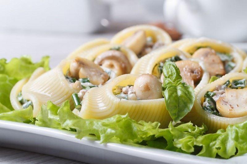 פסטה לומקוני במילוי בשר עם פטריות וצנוברים