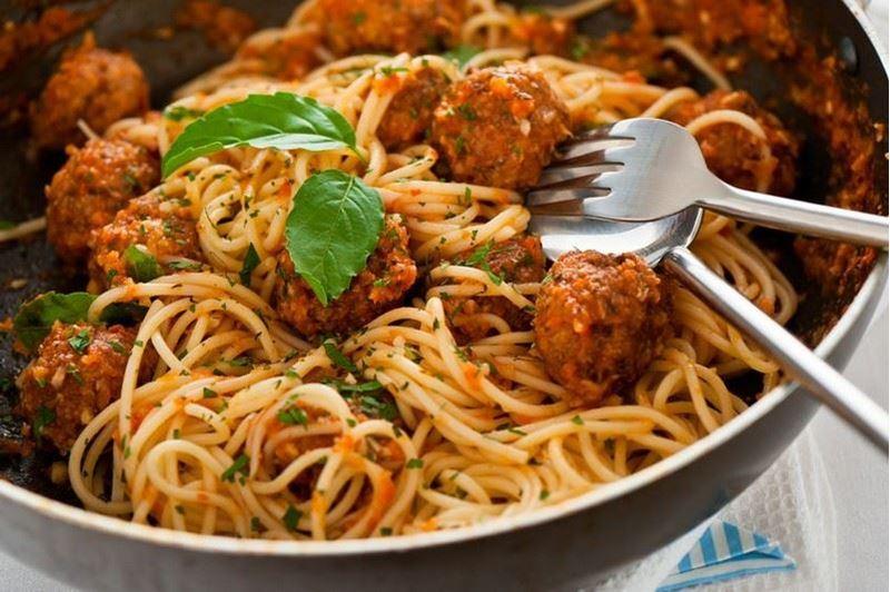 ספגטי  עם כדורי בשר ברוטב יין מצומצם